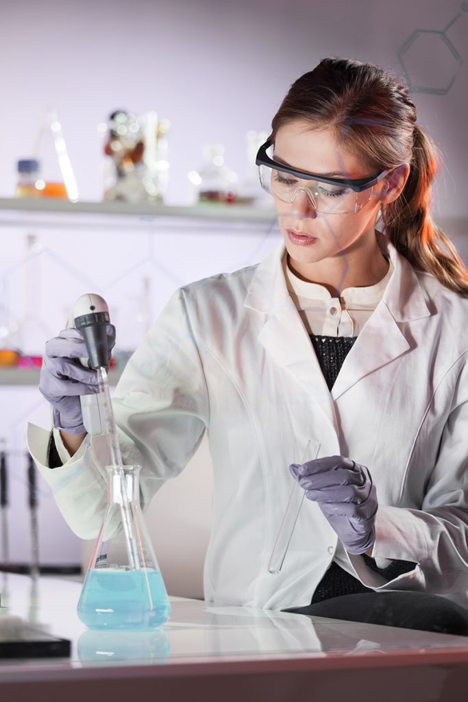 laboranttiopiskelija tekee tutkimusta laboratoriossa