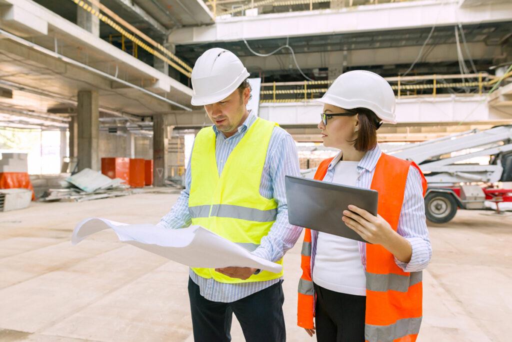 mies ja nainen rakennustyömaalla